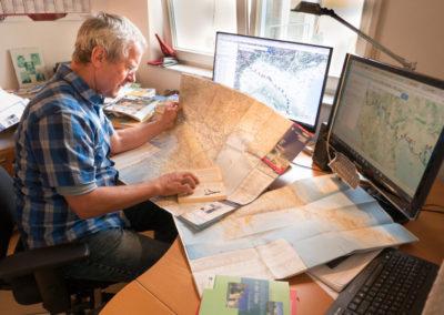 Reiseplanung im Arbeitszimmer